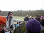 Abb. 1: Herr Mittag verweist auf die Schälchen auf dem Deckstein des Großsteingrabes Lüdelsen 1.