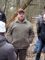 Abb. 3: Hartmut Bock (Jübar) gibt Erklärungen zu den archäologischen Aktivitäten auf der Wüstungsstelle von Nieps.