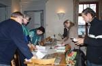 Abb. 3: Fleißige Helfer verteilen Mitgliedsausweise, Programminformationen und Jahresgaben (Foto I. Vahlhaus).
