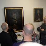 Abb. 1: Die Veranstaltungsteilnehmer lauschen Gabriele Bark, der Museumsleiterin des Altmärkischen Museums. An der Wand hängen die Porträts von Paul Kupka (links) und Johann Friedrich Danneil (Foto: F. Gall).