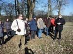 Abb. 2: Ein Halt im englischen Landschaftspark Hundisburg. U. Hauer erläutert einige Besonderheiten (Foto: M. Brennecke).