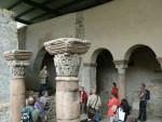Abb. 2: Solnhofen, Dr. Later erklärt die Reste der ottonischen Sola-Basilika (Foto: F. Gall).