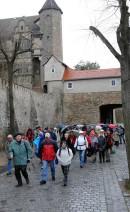 Abb. 1: Die Teilnehmer bei Regen im Seeburger Schlossbereich. Im Hintergrund das Schlosstor (Foto: J. Lukascheck).