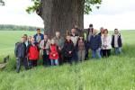 Abb. 1: Gruppenbild vor dem Naturdenkmal »Dicke Eiche« in der Nähe der Wüstung Pferdingen (Foto: U. Münnich).