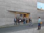 Abb. 1: Die Vorderfront des neuen Museums welches gegenüber des renovierten Teilkomplexes des eigentlichen Lutherelternhauses liegt (Foto: W. Fricke).