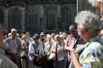 Abb. 1: Dr. Weber (1.v.r) erläutert den Verlauf der Spitzgräben um den Magdeburger Domplatz (Foto: M. Poppe).
