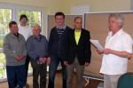 Abb. 1. Dr. Weber gratuliert Vertretern des »Arbeitskreises Archäologie im Bernburger Land e.V.« zur Projektförderung (Foto: T. Fladung).