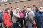 Abb. 1: Dr. Mai erklärt im Graben vor der Festungsmauer die erhaltenen Festungsanlagen.