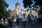 Abb. 1: R. Michalke erläutert im Schlosspark von Harbke die Besonderheiten des Gingkobaumes (Foto: M. Poppe).