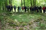Abb. 2: Herr Bahn erklärt den Aufbau eines Grabhügels mit Steinring (Foto: M. Poppe).