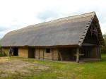 Abb. 2: Rekonstruiertes Langhaus im Archäologischen Zentrum Hitzacker (Foto: U. Tichatschke).