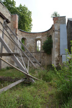 Abb. 3: Das Schiff der ehemaligen Klosterkirche Stötterlingenburg mit maroder Sicherung der Nordwand (Foto: I. Vahlhaus).
