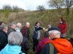 Abb. 4: O. Kürbis erläutert als Teilnehmer der Grabungen die ehemaligen Zeltstandorte (Foto: U. Tichatschke).