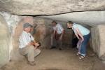 Abb. 4: Erkunden des Innenraumes des im rekonstruierten Hünenbett »Große Steine I« bei Kleinenkneten (Foto: I. Vahlhaus).