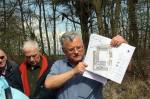 """Abb. 6: U. Münnich erläutert die Anlagen des """"Neuen Schlosses"""" bei Wippra (Foto: M. Poppe)."""