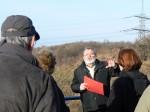 Abb. 1: Dr. W. Fieber informiert am Hochufer der Elster-Saale-Aue über das ehemalige Dorf Malderitz (Foto: F. Gall).