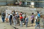 Abb. 3: Besucherzentrum im Entstehen: Die überdachte Grabungsfläche an der »Alten Lateinschule« (Foto: Dr. D. Laas).