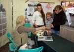 Abb. 3: Frau Werler erläutert interessierten Schülern das Nachtöpfern originaler Keramik (Foto: M. Poppe).
