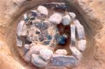 Abb. 2: Früheisenzeitliches Steinpackungsgrab während der Freilegung (Foto: H. Stahlhofen).